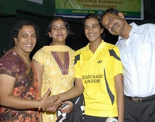 P.V.Sindhu-with-family